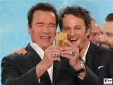 Arnold Schwarzenegger, Jason Clarke Gesicht Promi Selfie face Terminator Genisys Arnold Schwarzenegger Premiere Sony Center Berlin