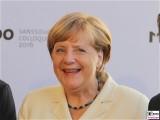 BK Angela Merkel Laecheln Gesicht Kopf Promi Orangerie Smartphones Medienkonferenz M100 Colloquium Potsdam Sanssouci Investigativer Journalismus Berichterstatter
