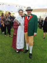 Gaeste Trachten bei Buergerfest Amtssitz Garten Schloss Bellevue Berlin Berichterstattung TrendJam