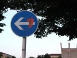 Herz mit Pfeil durch 211 vorgeschriebene Fahrtrichtung hier links THF Platz der Luftbrücke Berlin