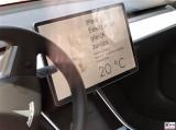 Hund Klimaanlage Tesla Model 3 Tablet Mein Besitzer ist gleich zurueck PresseFoto Elektromobilitaet Berichterstattung