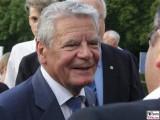 Joachim Gauck Gesicht Portrait Bundespraesident begruesst Buerger Schloss Bellevue Buergerfest Schlosspark Berlin Berichterstatter