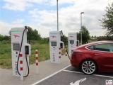Laden mit 125 kW Tesla Model 3 Dual Motor Performance rot IONITY Ladesaeule Hohenwarsleben A2 Magdeburg PresseFoto Elektromobilitaet Berichterstattung