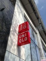 Logo UNIQLO Schild Flagship Store Tauentzienstrasse 7 Berlin Ecke Nuernberger Strasse