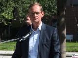 Michael Mueller Gesicht face Kopf Promi autonomes Regierender Buergermeister Fahren Charite Campus Projekt Test Kleinbus Mitte Virchow Klinik Berichterstatter