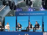 Podiumsdiskussion Buehne Schloss Bellevue Buergerfest des Bundespraesidenten Schlosspark Berlin Berichterstatter