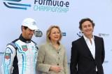 Rennfahrer Lucas di Grassi Wirtschaftssenatorin Cornelia Yzer (CDU) Alejandro Agag CEO Formula E Holdings Formel e Briefing Berlin Brandenburger Tor 2013