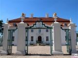 Schloss Meseberg Eingang Gaestehaus Bundesregierung Zukunftsgespraech Bundeskanzlerin mit Sozialpartnern Land Brandenburg Einfahrt Tor Zaun