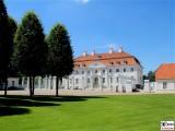 Schloss Meseberg Eingang Gaestehaus Bundesregierung Zukunftsgespraech Bundeskanzlerin mit Sozialpartnern Land Brandenburg Vorderhof