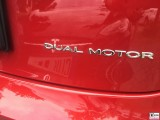 Schriftzug Tesla Model 3 Dual Motor Performance rot PresseFoto Elektromobilitaet Berichterstattung