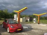 Tesla Model 3 Dual Motor P rot Fastnet 175 kW Ladesaeule Ladeweile Spreewald Parkhotel Van der Valk Brandenburg PresseFoto Elektromobilitaet Berichterstattung