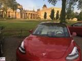 Tesla Model 3 Dual Motor Performance rot Neues Palais Potsdam PresseFoto Universitaet Elektromobilitaet Berichterstattung