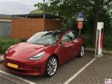 Tesla Model 3 Dual Motor Performance rot SuperchargerLadesaeule Van der Valk Hotel Berlin Brandenburg PresseFoto Elektromobilitaet Berichterstattung