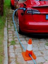 Tesla Model 3 Sicherung Ladekabel mit Verkehrsleitkegel PresseFoto Elektromobilitaet Berichterstattung