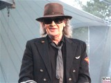 Udo-Lindenberg-frontal-grinst-mit Brille-Promi-Panik-Rocker-Waldbuehne-Arena-Berlin-Berichterstatter