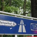 beklebter 430 Pfeilwegweiser zur Autobahn mit Hinweis zum alten Flughafen Tempelhof THF